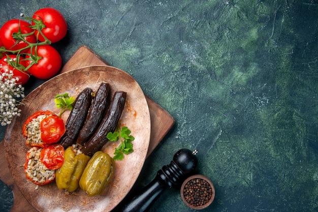 Вид сверху вкусная овощная долма с красными помидорами, еда, ужин, цветное блюдо, повар, кухня, еда