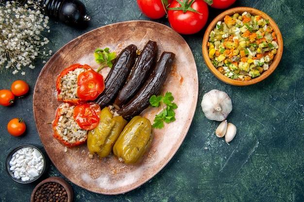 Вид сверху вкусная овощная долма с помидорами, пищевое красное блюдо еда ужин масло повар кухня