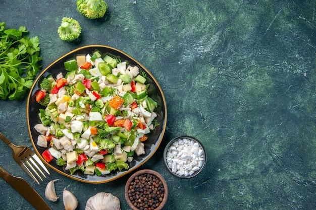 暗い背景の料理レストラン新鮮な食事健康ランチダイエットのカトラリーとプレート内のおいしい野菜サラダの上面図