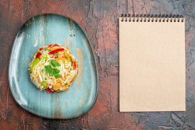 어두운 탁자에 있는 둥근 모양의 맛있는 야채 샐러드