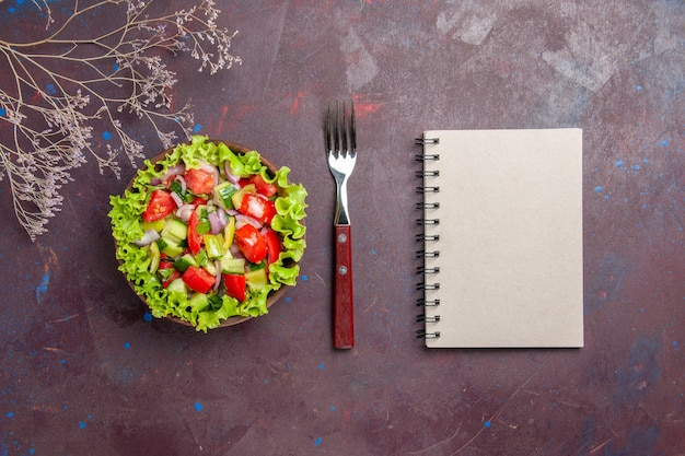 ダークで新鮮な食材を使ったトップビューのおいしい野菜サラダスライス食品