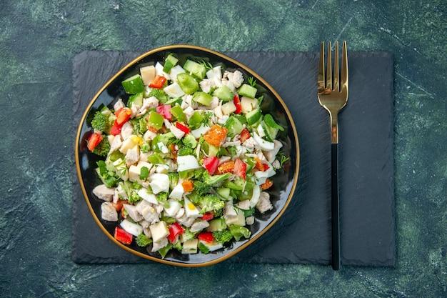 Vista dall'alto gustosa insalata di verdure con formaggio su sfondo scuro ristorante pasto colore salute dieta cibo fresco cucina pranzo