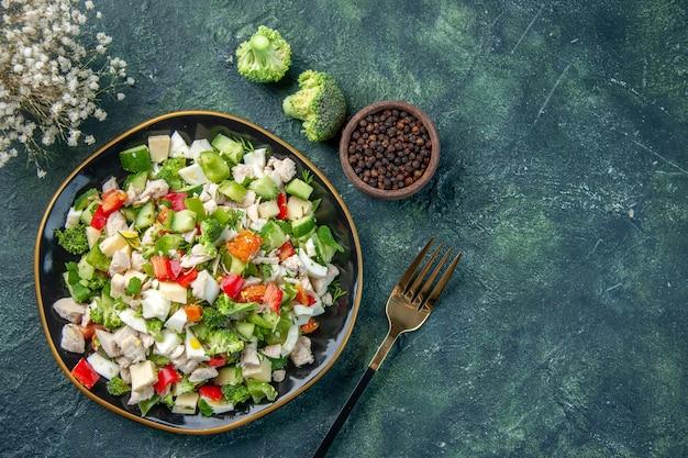 Vista dall'alto gustosa insalata di verdure con formaggio su sfondo blu scuro colore del pasto salute pranzo cucina dieta ristorante cibo fresco