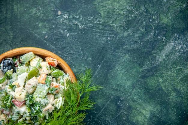 진한 파란색 배경에 냄비 안에 mayyonaise와 채소와 상위 뷰 맛있는 야채 샐러드