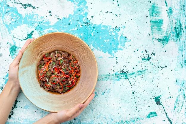 上面図水色の机の上のプレートの中に肉が入ったおいしい野菜サラダサラダ食事食品肉野菜