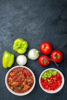 Вид сверху вкусный овощной суп со свежими овощами