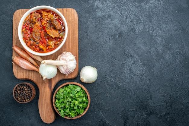 Вид сверху вкусный овощной суп с мясом и зеленью на сером