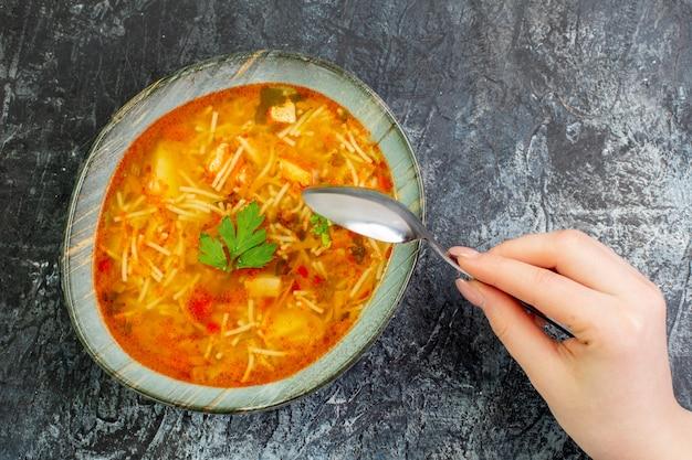 Vista dall'alto gustosa zuppa di vermicelli all'interno del piatto sul tavolo luminoso