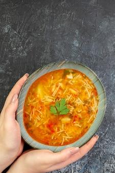 ライトグレーのテーブルのプレート内のおいしい春雨スープの上面図