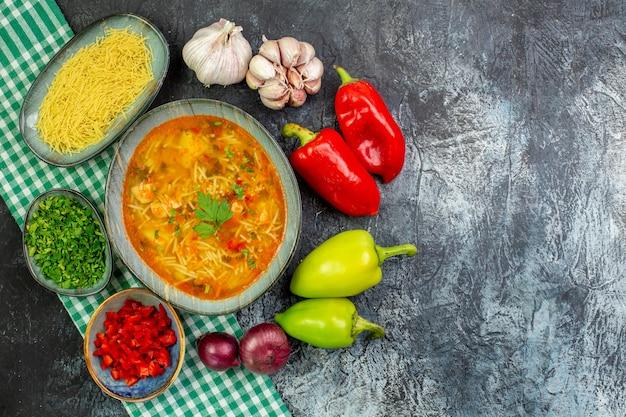 밝은 회색 테이블에 마늘 채소와 야채를 곁들인 맛있는 베르미첼리 수프
