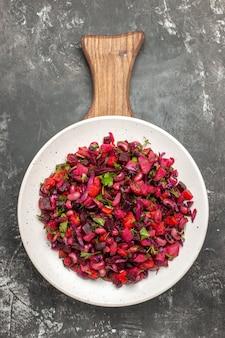 Vista dall'alto gustosa insalata vinaigrette con fagioli e barbabietole sulla superficie grigia