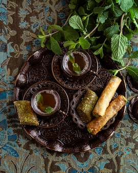 Вид сверху чайные чашки и расположение еды