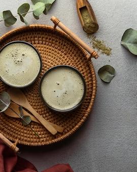 Вид сверху чайные чашки и растения