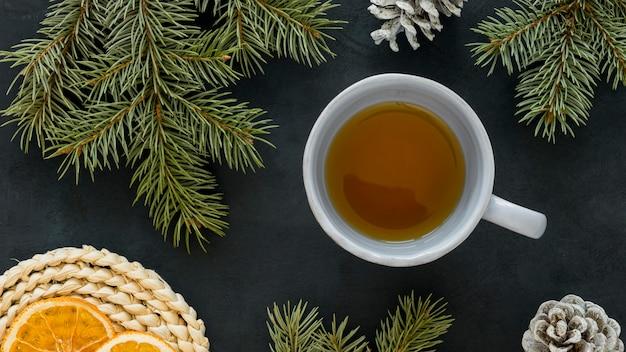 Вид сверху чай с лимоном и хвоей