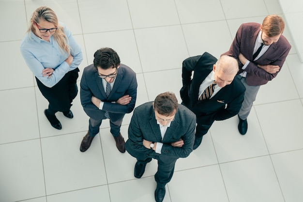 평면도. 사무실에 서있는 자신감이 전문가 팀