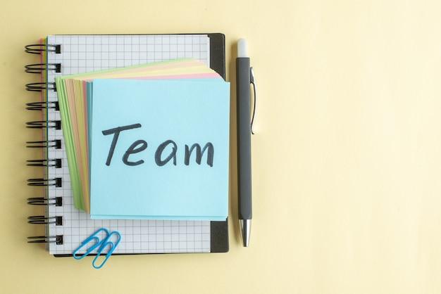Группа вид сверху письменная заметка вместе с красочными бумажными заметками на светлом фоне школа цвет офисная работа тетрадь работа блокнот свободное место