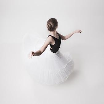 La vista dall'alto della ballerina adolescente sullo spazio bianco