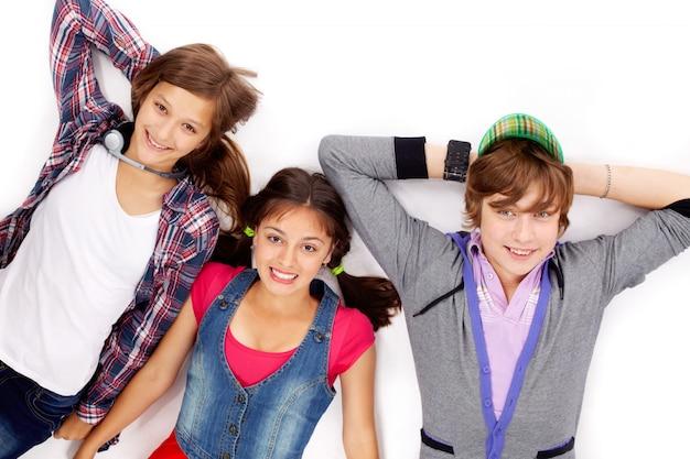 Vista dall'alto di adolescenti che si trovano giù sul pavimento