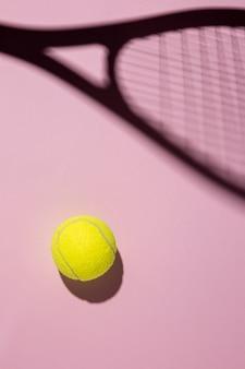 Vista dall'alto della palla da tennis con l'ombra della racchetta