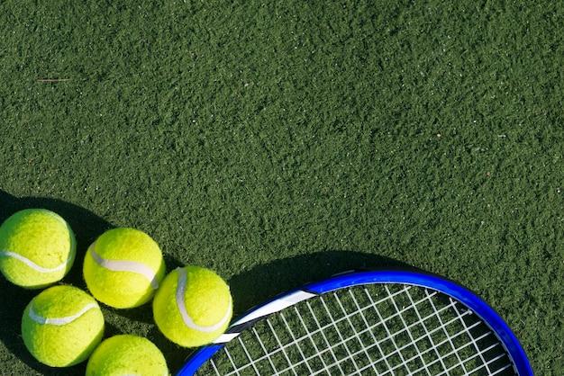 상위 뷰 테니스 공 및 라켓