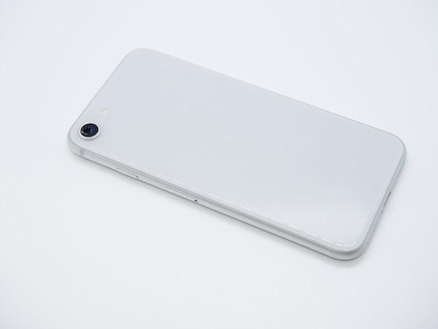 상위 뷰 흰색 표면에 고립 된 깨진 된 카메라 유리 클로즈업으로 흰색 현대 스마트 폰 뒷면