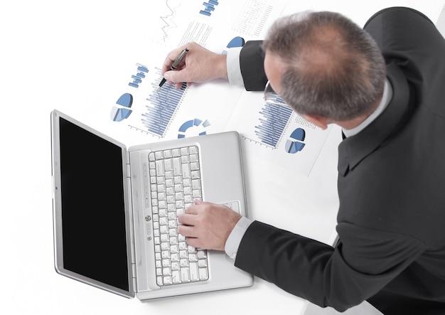 上面図。ビジネスマンは財務報告をチェックします。ビジネスコンセプト
