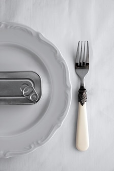 Barattolo di latta di vista superiore sul piatto con la forcella