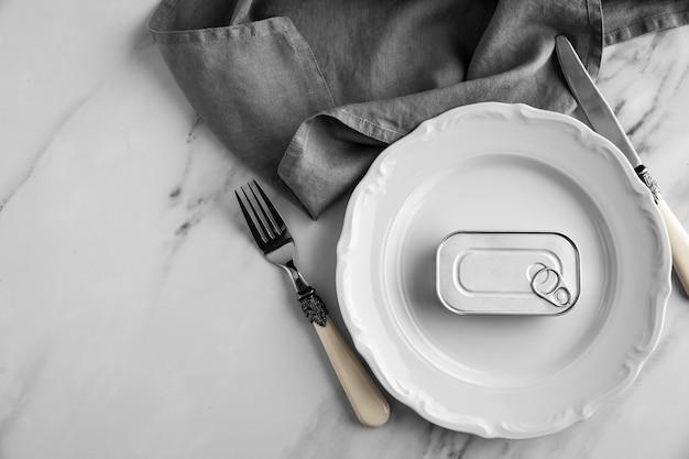 Barattolo di latta vista dall'alto sul piatto