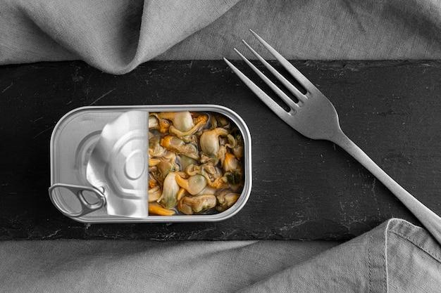 Barattolo di latta con vista dall'alto con cibo e forchetta