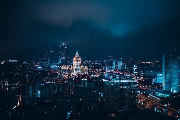 Вид сверху на москва-сити и гостиницу украина с нового арбата, россия.