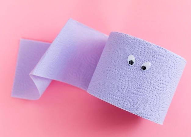 Вид сверху рулон туалетной бумаги с глазами