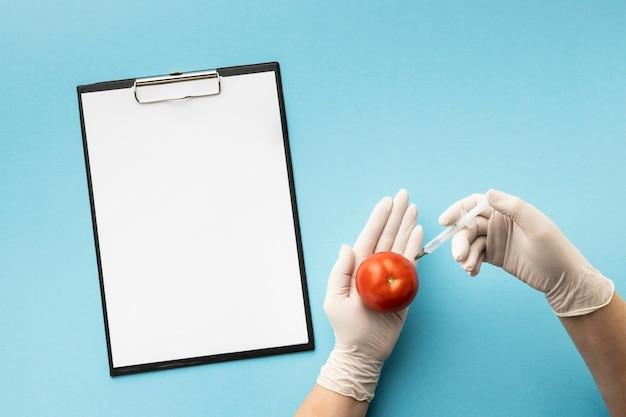 トップビュートマトとコピースペースクリップボード