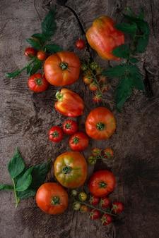 Вид сверху помидоры на фоне штукатурки