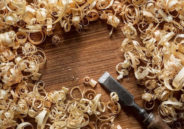 Инструмент и древесные опилки в мастерской вид сверху