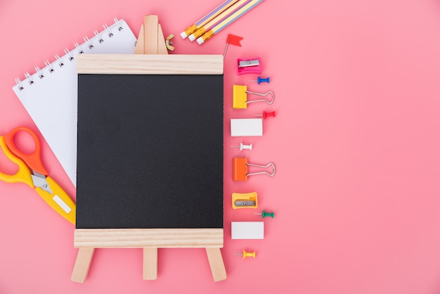Вид сверху набор инструментов для обучения детей