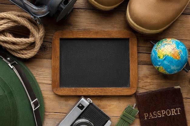 Туристические предметы и рамка вид сверху