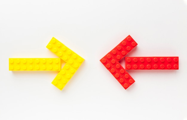 Vista dall'alto di frecce giocattolo che puntano a vicenda