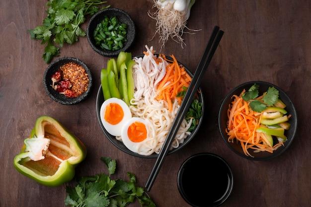 Vista dall'alto del tradizionale pasto asiatico con verdure e uova