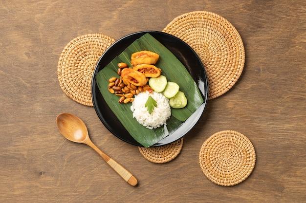 Вид сверху традиционный состав еды наси лемак
