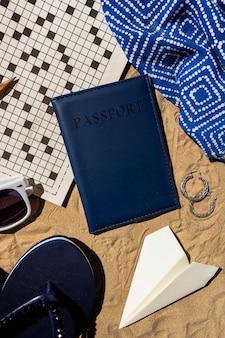 パスポートとトップビューの旅行の概念