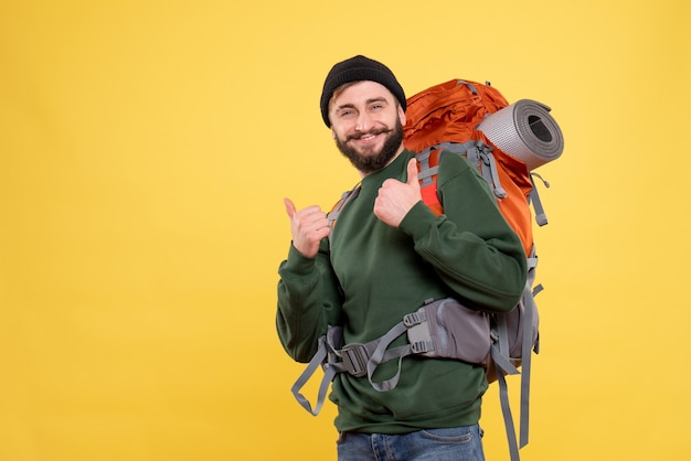 Vista dall'alto del concetto di viaggio con sorridente felice giovane ragazzo con packpack e facendo gesto ok