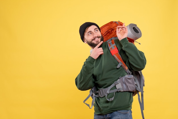 Vista dall'alto del concetto di viaggio con sorridente felice giovane ragazzo con packpack