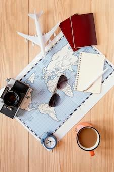 Disposizione di articoli da viaggio vista dall'alto