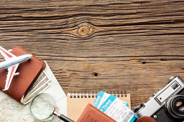 Kit da viaggio vista dall'alto su un tavolo Foto Gratuite