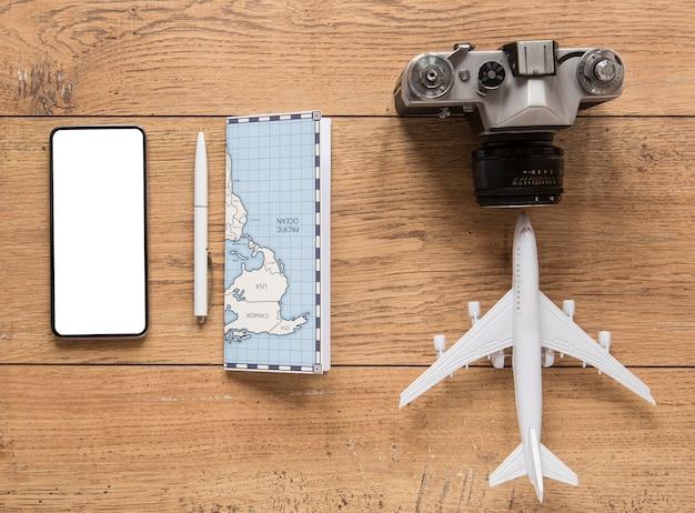 木製の背景に旅行アイテムの上面図