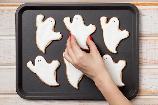 Вид сверху поднос с угощениями для хэллоуина