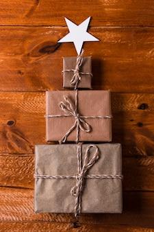 Вид сверху дерево из обернутых подарков