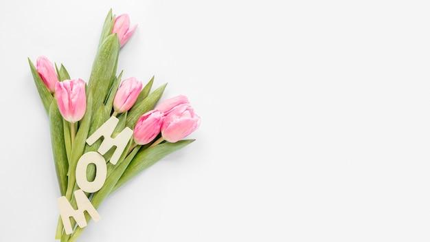 Тюльпаны вид сверху с копией пространства