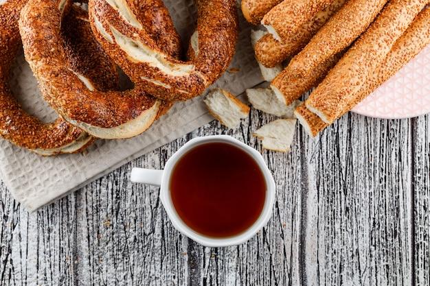 木製の表面にお茶を一杯と平面図トルコベーグル。横型