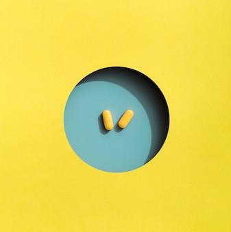 Vista dall'alto di due pillole in cerchio